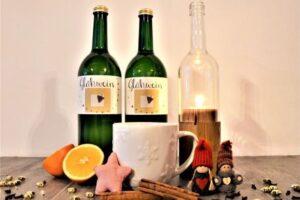 Glühwein und Weinflaschen-Kerze