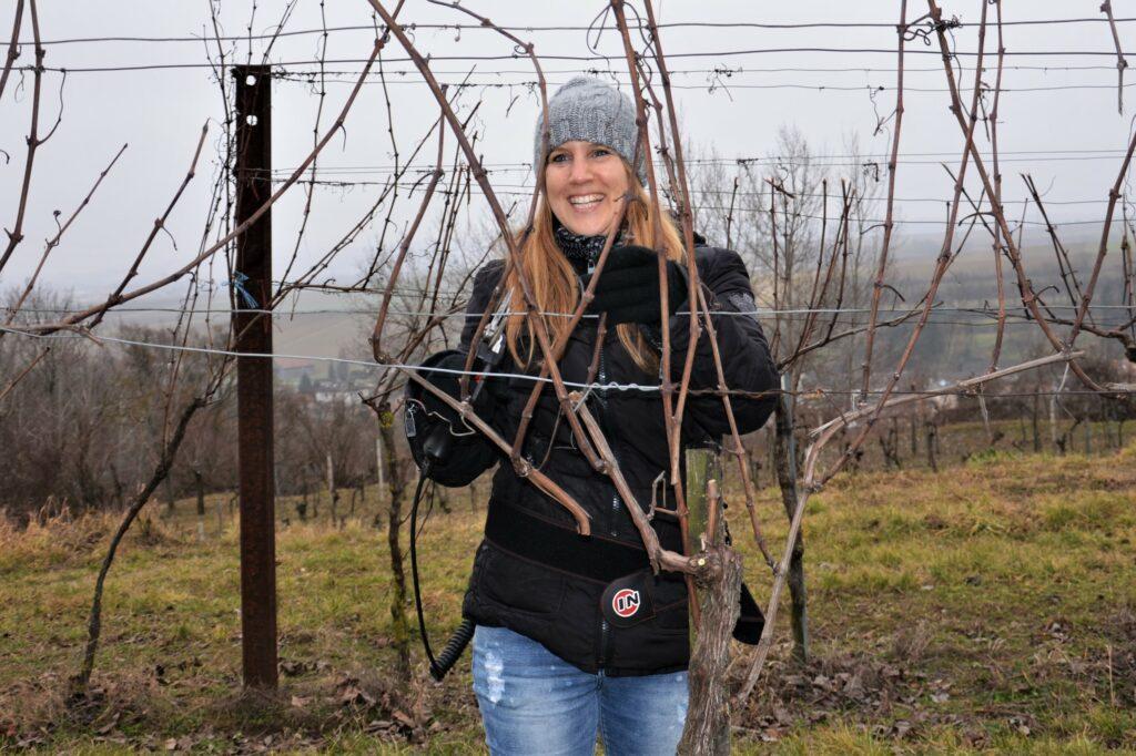 Christine Holzer beim Rebschnitt im Winter