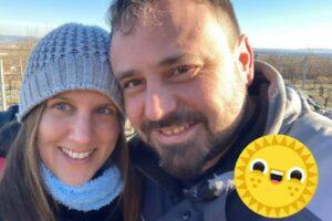 Christine und Reinhard Holzer im Weingarten beim Rebschnitt mit Sonne