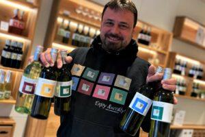 Reinhard Holze mit den Weinflaschen des neuen Jahrganges.